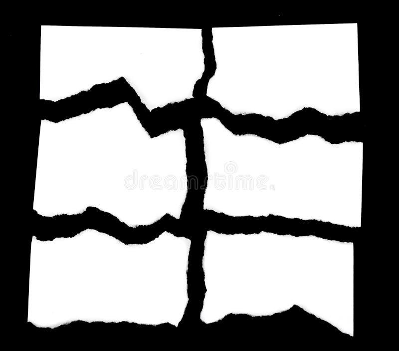 Sucatas de papel rasgadas no fundo preto imagens de stock royalty free