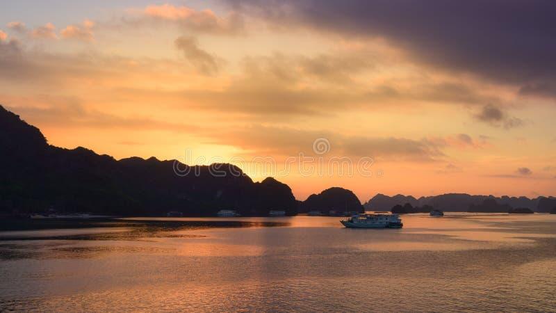 Sucatas do turista na baía de Halong, vista panorâmica do por do sol na baía de Halong, Vietname, 3Sudeste Asiático Por do sol do fotos de stock