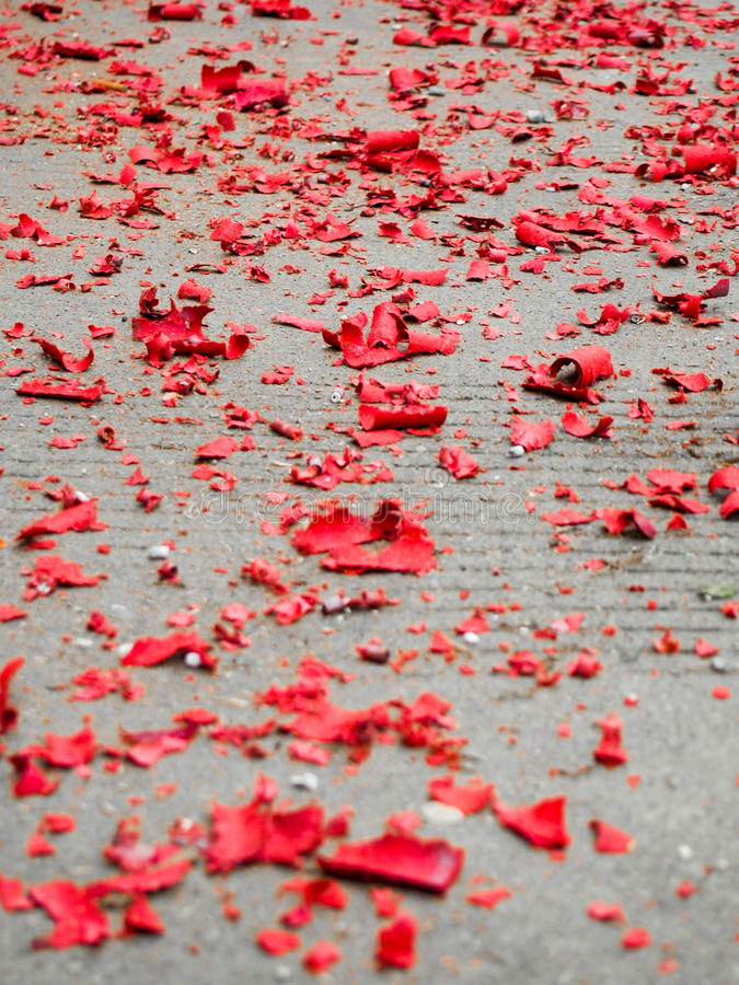 Sucatas vermelhas do papel dos fogos-de-artifício do ano novo chinês foto de stock
