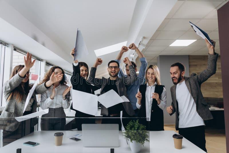 Succès et concept de gain - équipe heureuse d'affaires célébrant la victoire dans le bureau image libre de droits