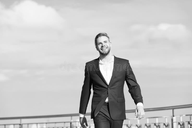 Succès son deuxième nom L'entrepreneur réussi d'homme d'affaires dans le costume marche fond extérieur de ciel de jour ensoleillé image stock