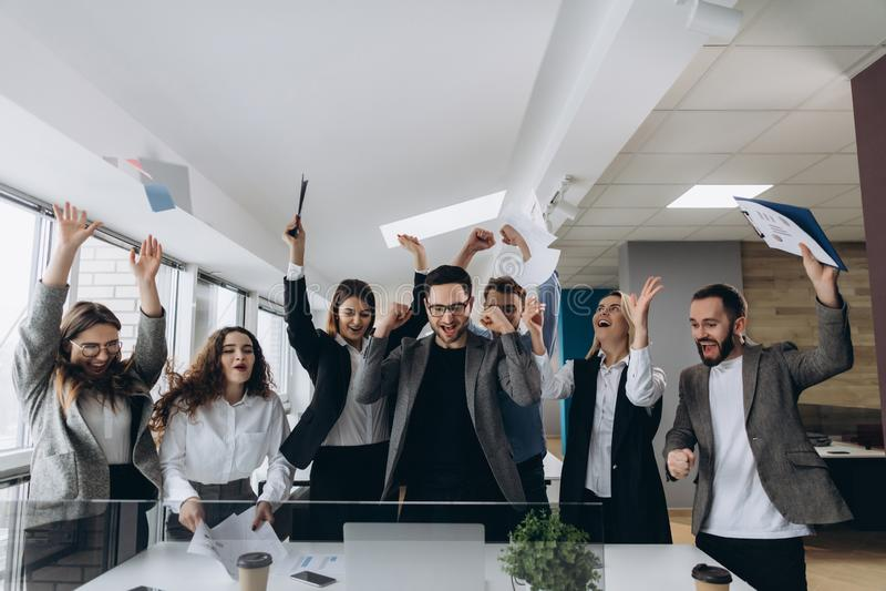Succes en het winnen concepten gelukkige het commerciële team vieren overwinning in bureau royalty-vrije stock afbeelding