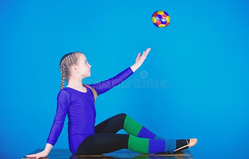 Succes Kinderjarenactiviteit De training van de acrobatiekgymnastiek van tienermeisje Sport en gezondheid Geschiktheidsdieet Ener stock afbeelding