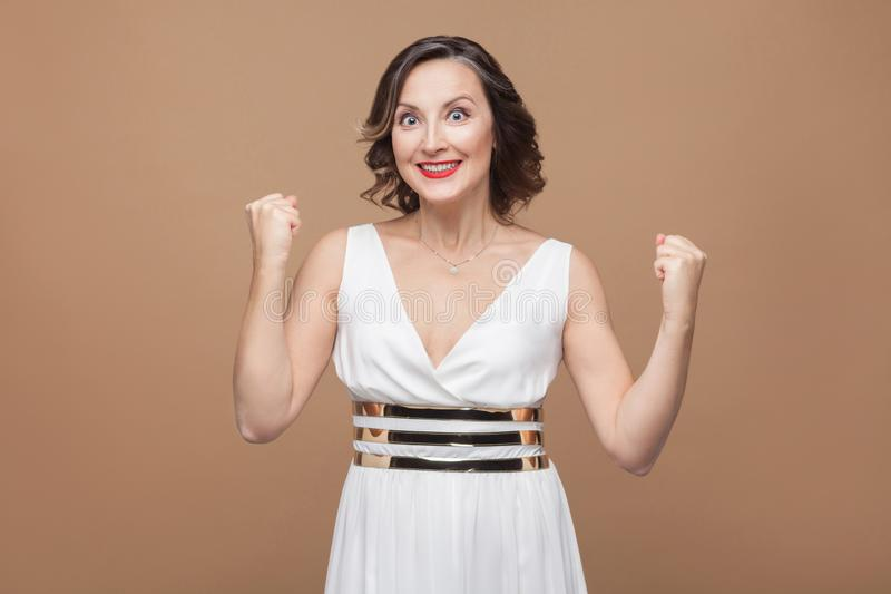 Succes leuke volwassen vrouw toothy glimlachende en verheugende winst royalty-vrije stock fotografie