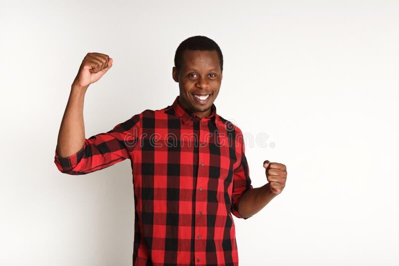 Succes, opgewekte zwarte mens met gelukkige gelaatsuitdrukking stock foto's