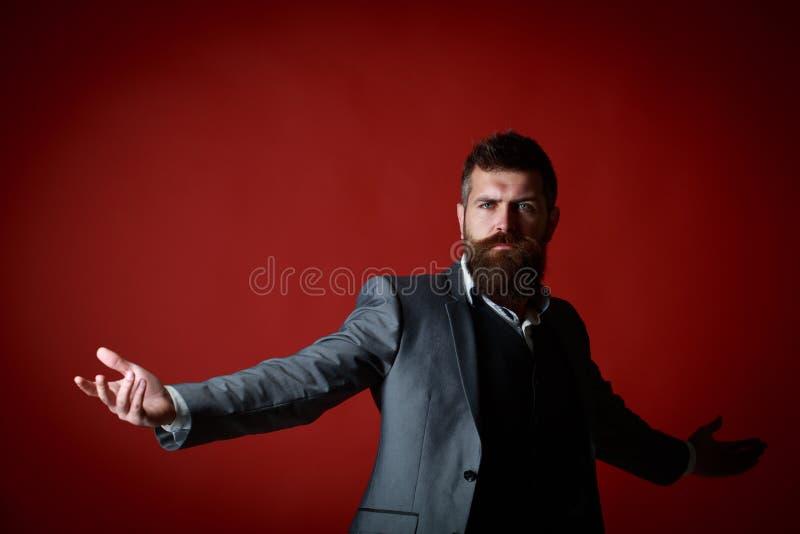Succes, rijken, luxe Een rijke man in een kostuum Portret van de jonge attractiavemens in pak Modieuze rijk berded royalty-vrije stock foto's