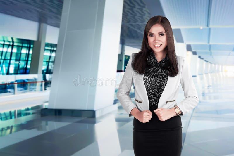 Succes stelt de Aziatische bedrijfsvrouw op de luchthaven stock foto's