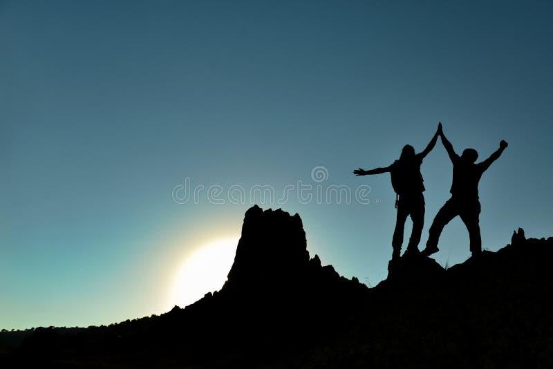 Successilhouet op bergtop stock foto's