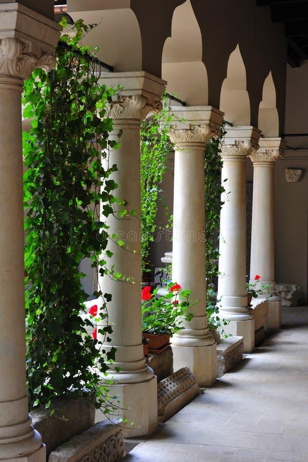 Successione delle colonne di marmo al monastero di Stavropoleos fotografia stock