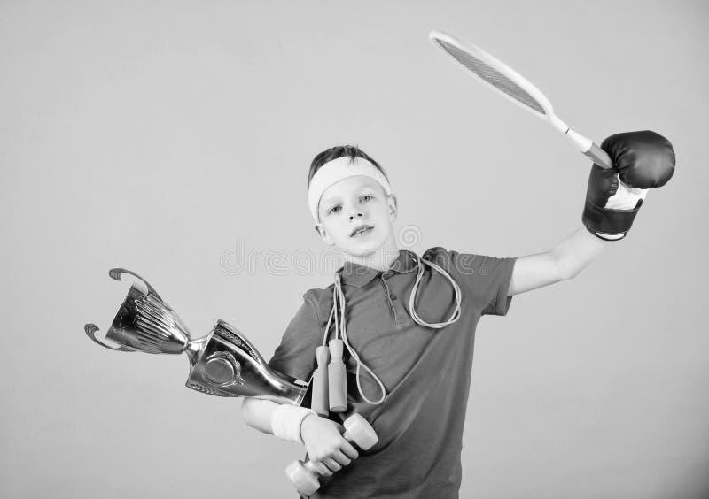 Successo Attività di infanzia Tazza di campione felice della tenuta dello sportivo del bambino Allenamento della palestra del rag immagine stock libera da diritti