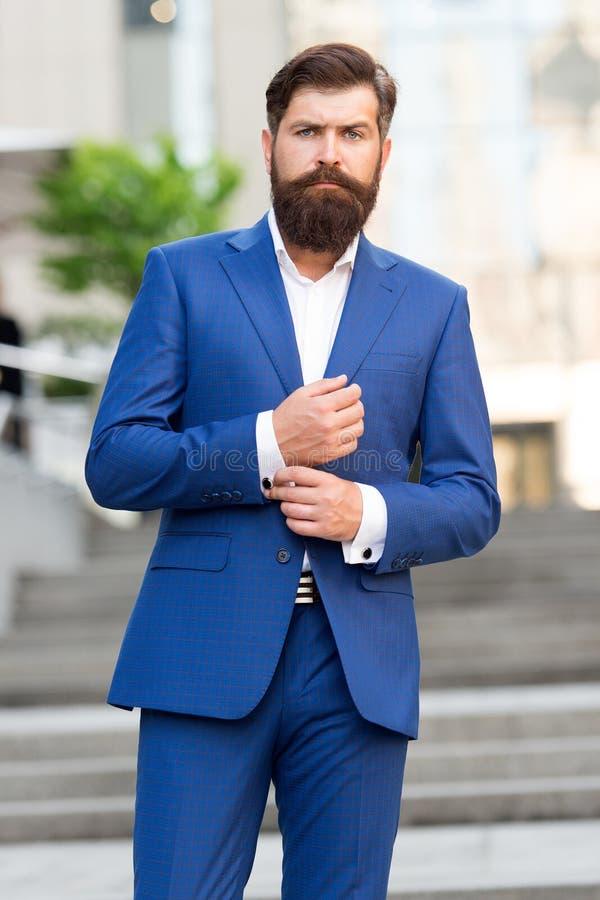 Successo di affari uomo dell'avvocato uomo maturo barbuto nel vestito di modo Vita moderna imprenditore motivato maschio convenzi fotografia stock