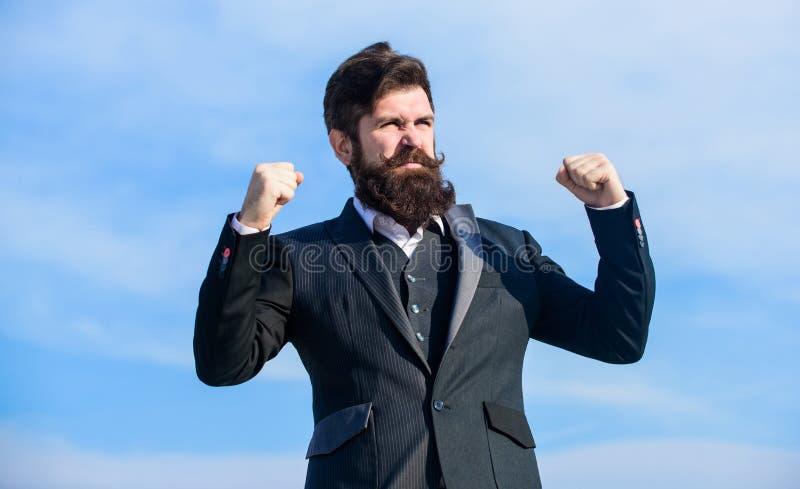 Successo e fortuna Uomo d'affari ottimista barbuto dell'uomo indossare il fondo convenzionale del cielo del vestito Umore ottimis fotografia stock libera da diritti