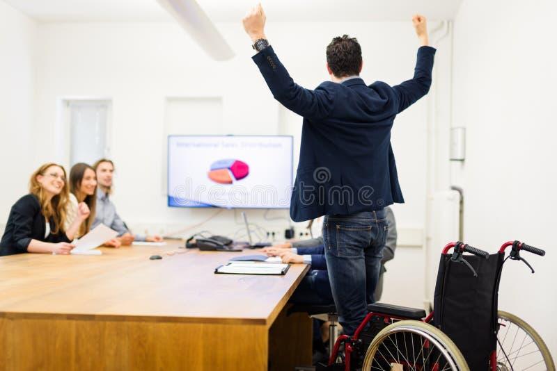 Successo enorme: Guy Walks Again precedentemente paralizzato fotografia stock