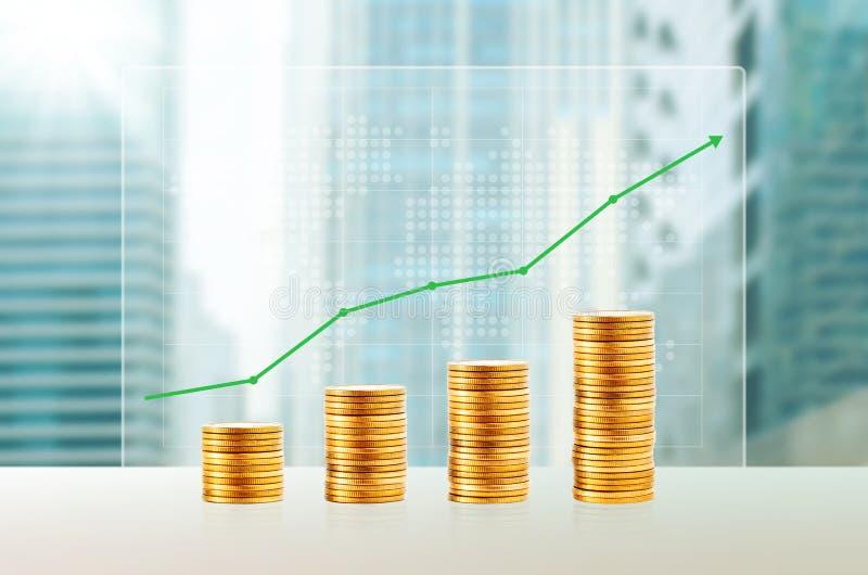 Successo nel concetto di affari Pile della moneta di oro Crescita di finanza su immagine stock libera da diritti