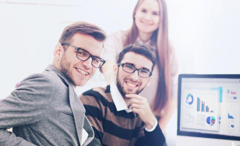 Successul affärslag som arbetar i ett modernt soligt kontor Analy royaltyfria bilder