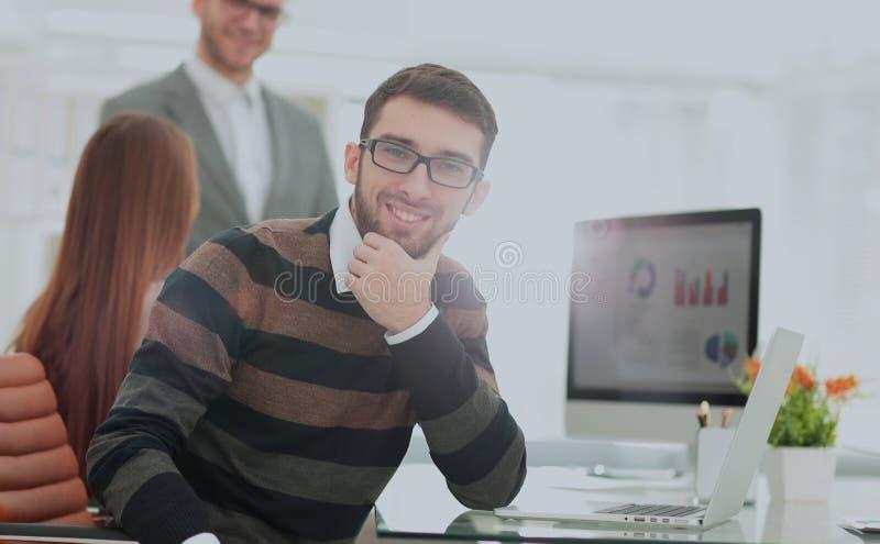 Successul affärslag som arbetar i ett modernt soligt kontor Analy royaltyfria foton