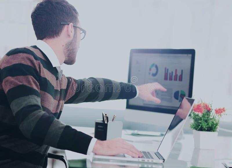 Successul affärsman som arbetar i ett modernt soligt kontor Analyz royaltyfri bild