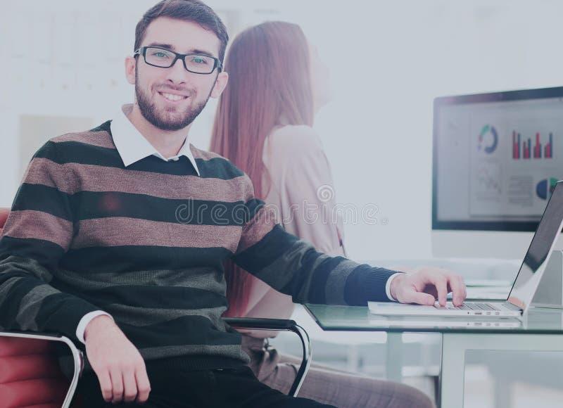 Successul affärsman som arbetar i ett modernt soligt kontor Analyz royaltyfria foton
