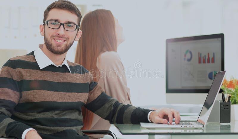 Successul affärsman som arbetar i ett modernt soligt kontor Analyz arkivbild