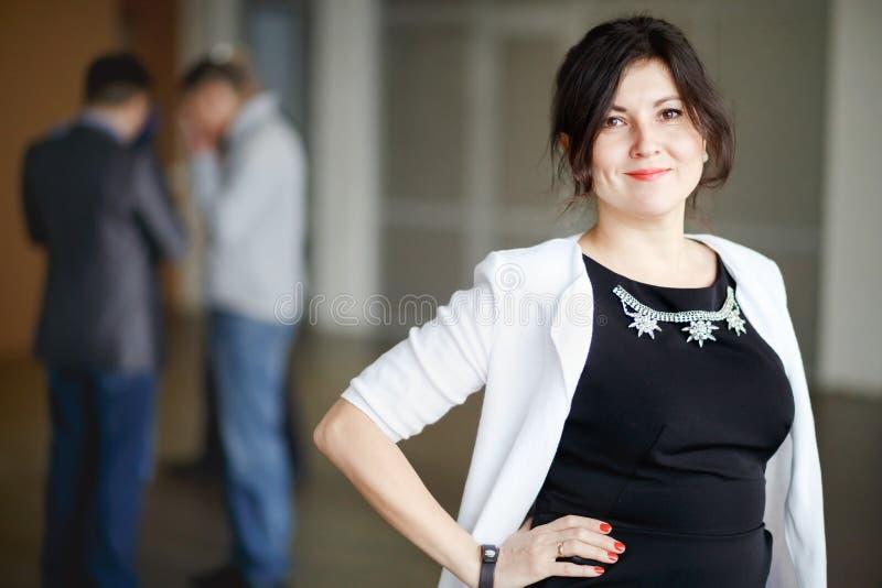 Succesvol aantrekkelijk chef- brunette met vriendelijke ogen royalty-vrije stock foto's