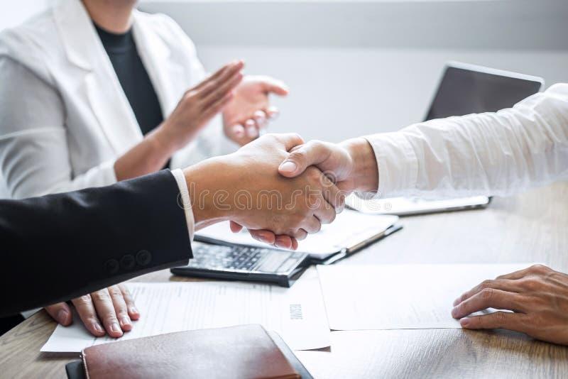 Succesvol baangesprek, Beeld van Chef- werkgeverscommissie of recruiter in kostuum en nieuwe werknemer het schudden handen en kla stock afbeelding