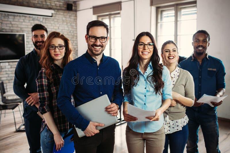 Succesvol bedrijf met gelukkige arbeiders royalty-vrije stock afbeelding
