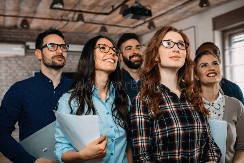 Succesvol bedrijf met gelukkige arbeiders royalty-vrije stock foto