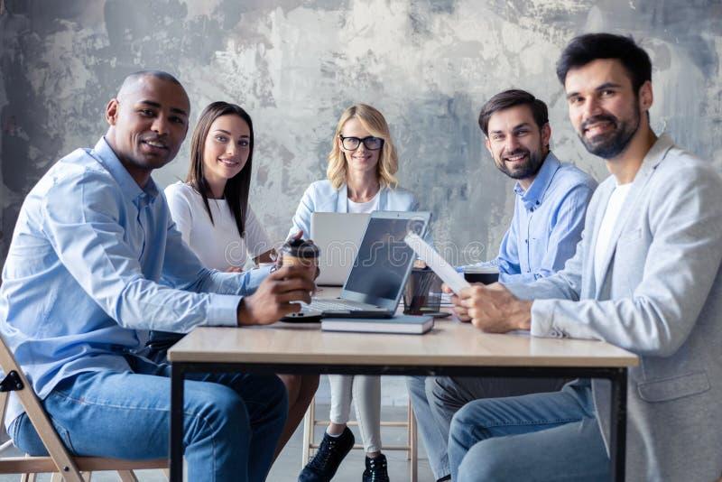 Succesvol bedrijf met gelukkige arbeiders in modern bureau stock fotografie