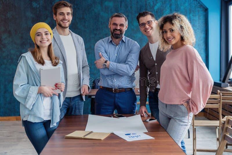 Succesvol bedrijf met gelukkige arbeiders Perfect creatief team stock foto's