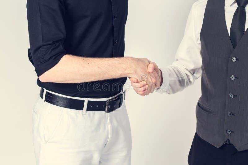Succesvol bedrijfsmensenhandenschudden die een overeenkomst sluiten stock foto's
