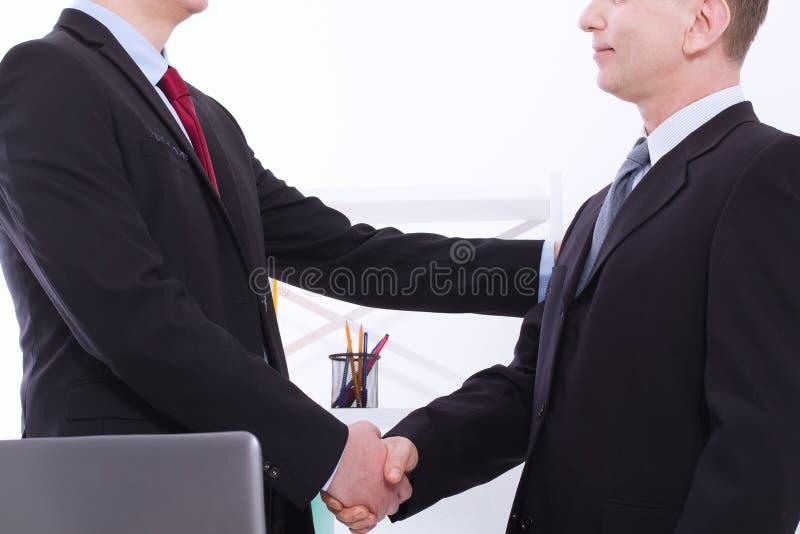 Succesvol bedrijfsvennootschapconcept businessmans handdruk bij bureauachtergrond De zakenliedenhandenschudden van het teamwerk n royalty-vrije stock foto's