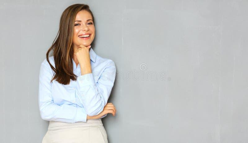 Succesvol busineswoman portret op de achtergrond van de bureaumuur royalty-vrije stock foto's