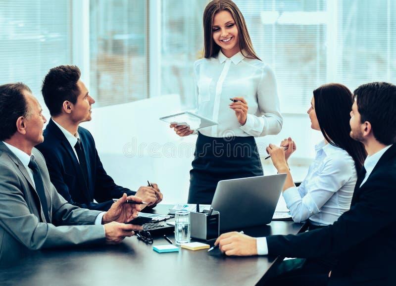 Succesvol commercieel team die het plan van het werk bespreken stock fotografie