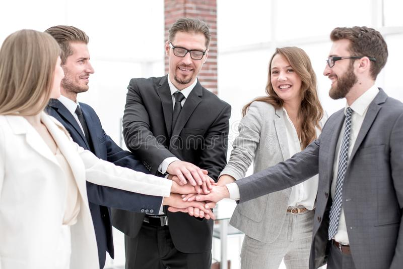 Succesvol commercieel team die hun palmen zetten togethe stock foto