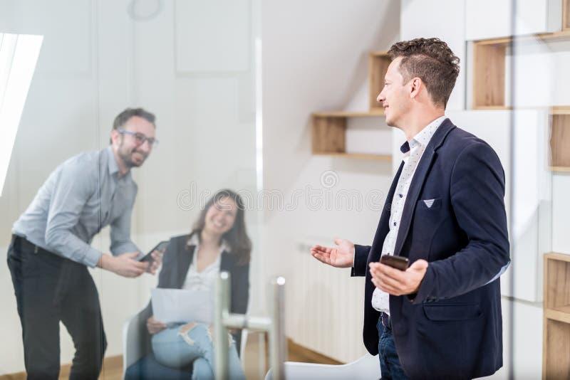 Succesvol commercieel team die op het kantoor spreken royalty-vrije stock foto