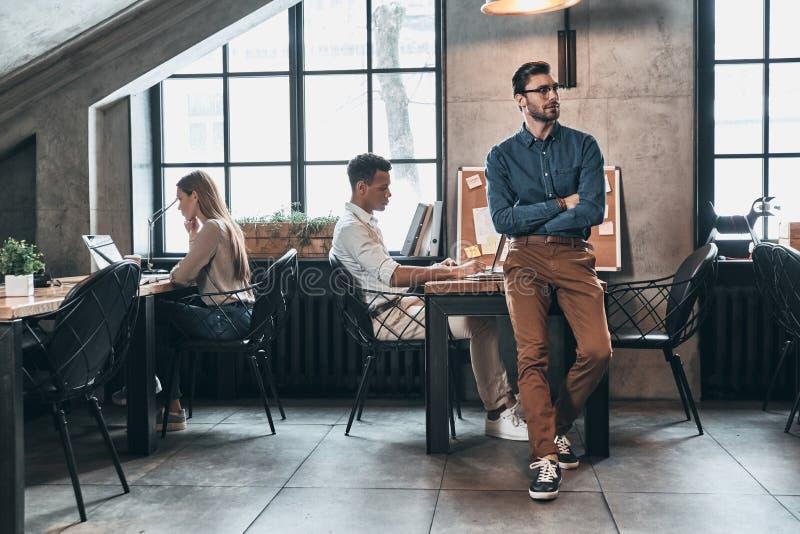 Succesvol Commercieel Team Jonge moderne mensen in slimme toevallig wij stock afbeeldingen
