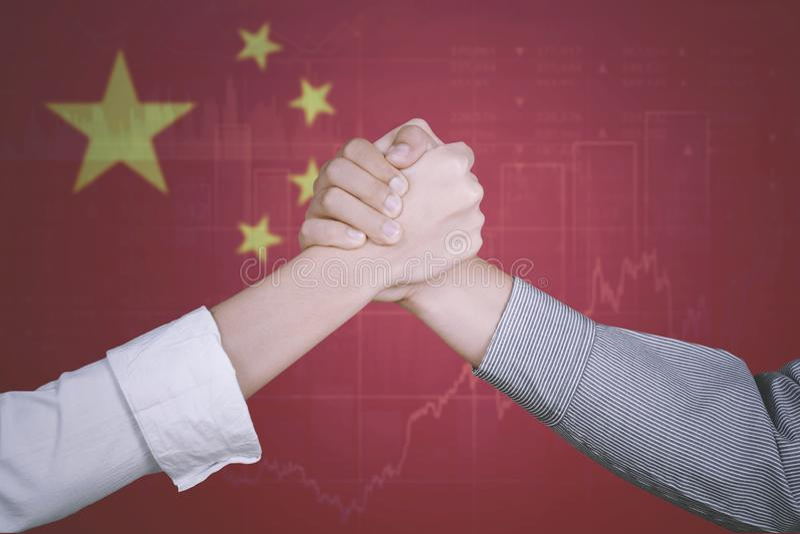 Succesvol commercieel team met de vlag van China royalty-vrije stock foto's