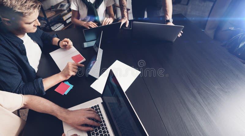 Succesvol commercieel team op het werk Groep jonge bedrijfs met laptop werken en mensen die samen binnen communiceren royalty-vrije stock afbeeldingen
