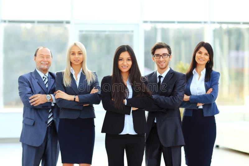 Succesvol en gelukkig commercieel team op bureauachtergrond stock foto