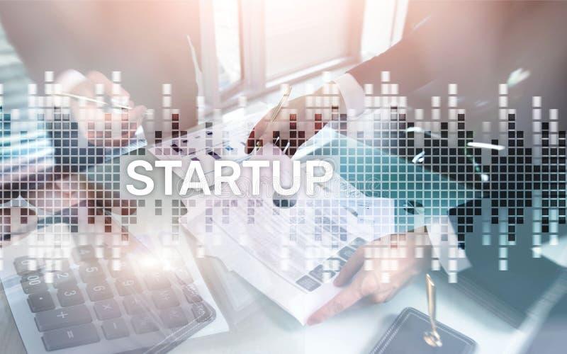 Succesvol groepswerk en opstarten van bedrijvenconcept Inschrijving op het scherm: Opstarten Bedrijfsleveneconomie stock afbeeldingen