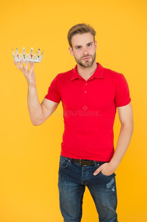 Succesvol koning Toekenning van het jaar Charisma is mijn supermacht Charming prins Coronatiekking Handbediende man draagt kroon royalty-vrije stock fotografie