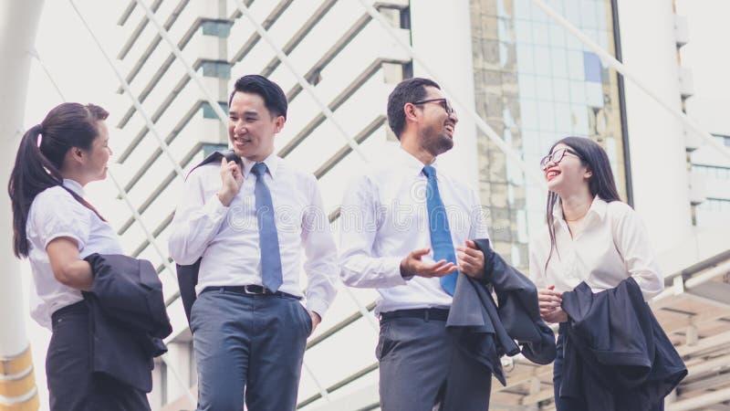 Succesvol met gelukkige arbeiders Bedrijfssucces en het winnen teamconcept royalty-vrije stock foto