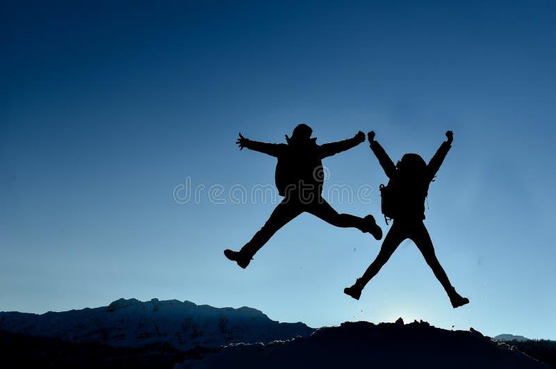 Succesvol paar die voor vreugde springen royalty-vrije stock fotografie