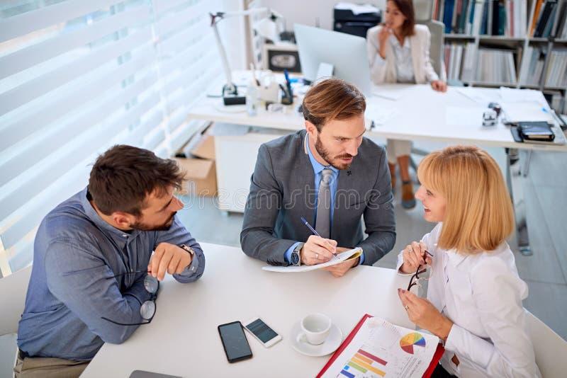 Succesvol team de bedrijfscollega's hebben vergadering stock foto
