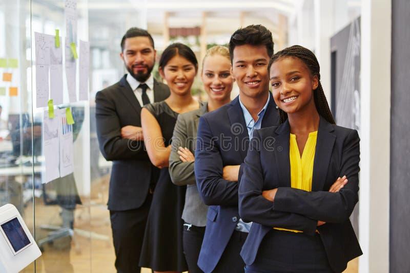 Succesvol team tussen verschillende rassen stock foto's