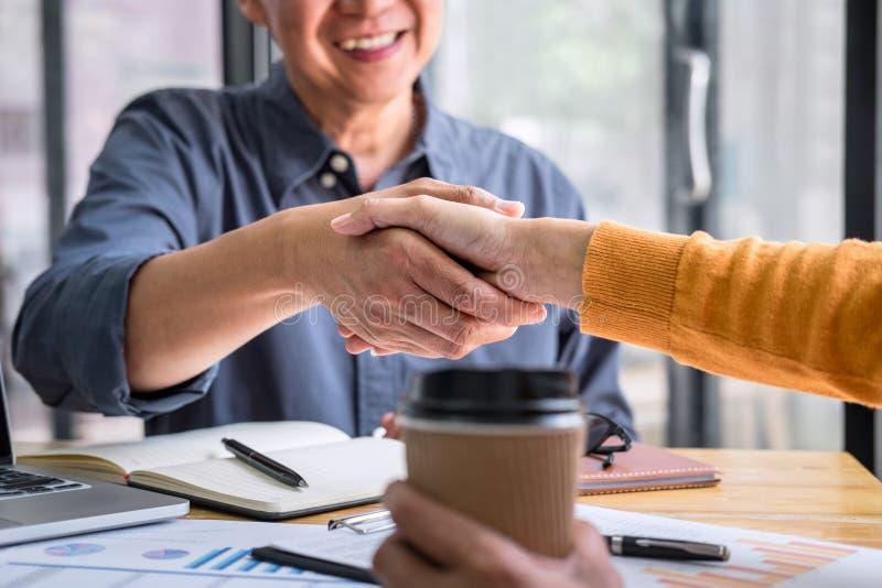 Succesvol van transactie, Bedrijfsvennootschapvergadering en handdruk na het bespreken van goede overeenkomstenovereenkomst en ge stock afbeeldingen