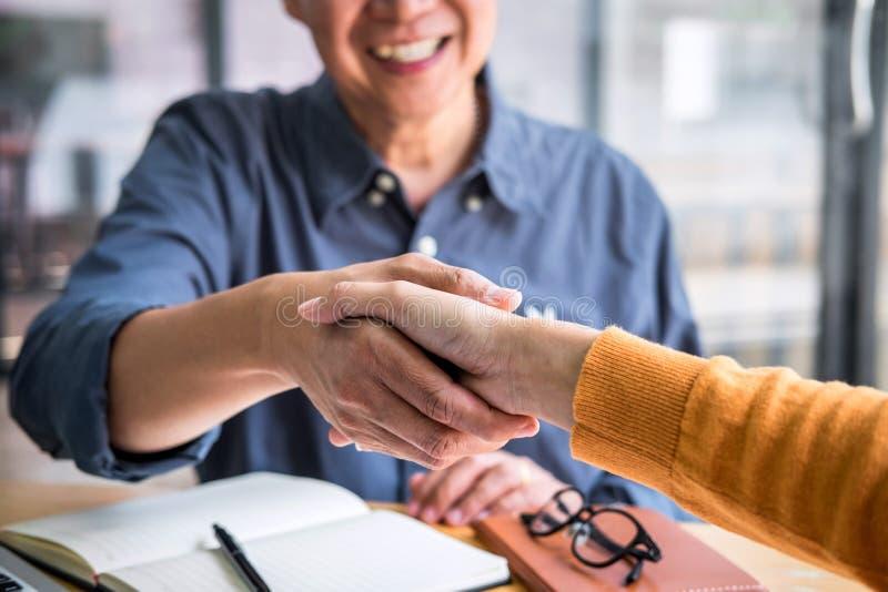 Succesvol van transactie, Bedrijfsvennootschapvergadering en handdruk na het bespreken van goede overeenkomstenovereenkomst en ge royalty-vrije stock foto
