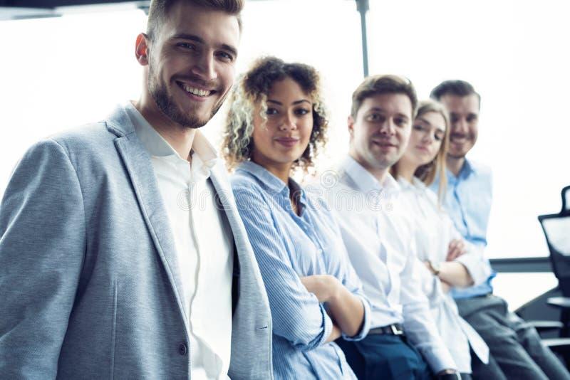 Succesvol vriendschappelijk team met gelukkige arbeiders in bureau royalty-vrije stock afbeeldingen