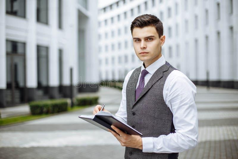 Succesvol zakenmanportret openlucht in een moderne stad stock foto's