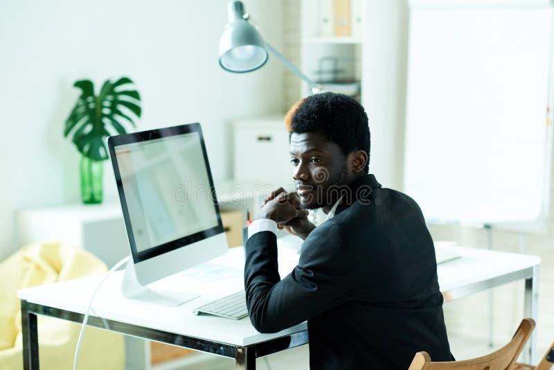 Succesvolle Afrikaanse Zakenman in Bureau stock foto